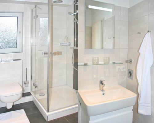 SPO-Hanack - Blick auf das räumliche und gut beleuchtete Badezimmer