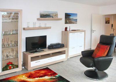 SPO-Hanack - Wohnliches Wohnzimmer, mit Blick auf einen Fernseher und einem Drehstuhl